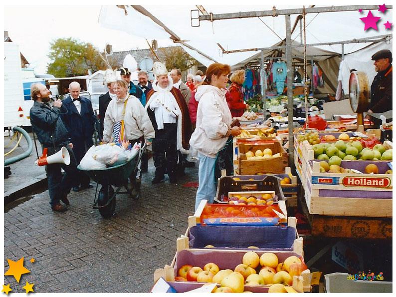Prijzen bij elkaar halen op de markt  33 jaar Moesland - 1991 Schaijk