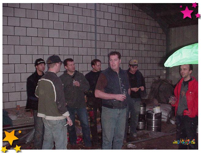 De top van carnavalbouwend Moesland is bij elkaar om de tent van een schitterende aankleding te voorzien - 2002 Schaijk